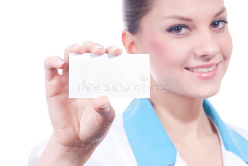 Όμορφη ιατρική γυναίκα επιστήμης με τη επαγγελματική κάρτα στοκ εικόνα