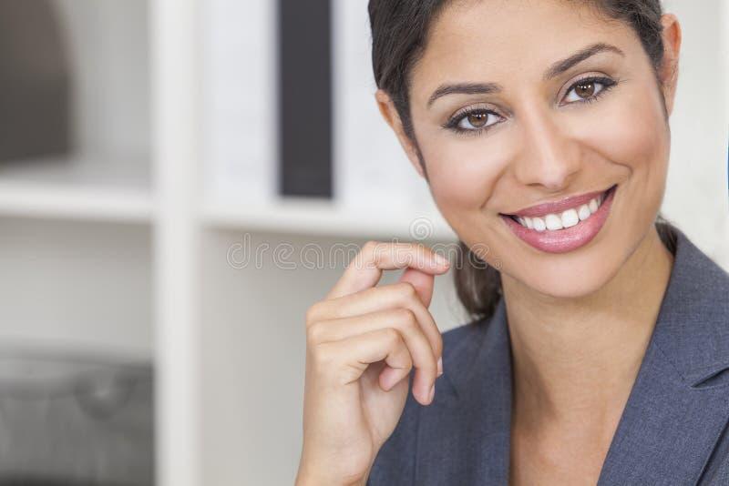 Όμορφη ισπανική γυναίκα ή επιχειρηματίας του Λατίνα στοκ εικόνες με δικαίωμα ελεύθερης χρήσης