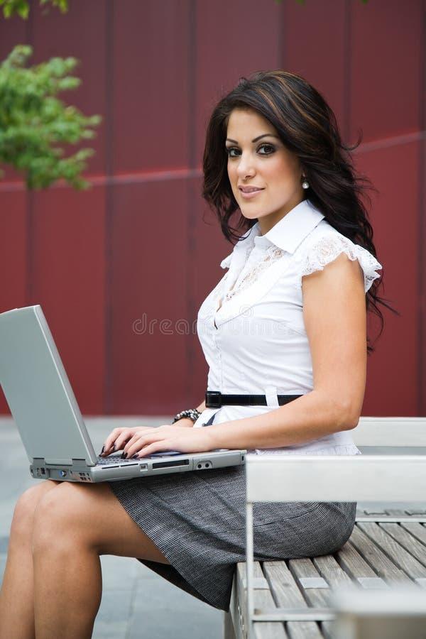 Όμορφη ισπανική επιχειρηματίας στοκ εικόνα