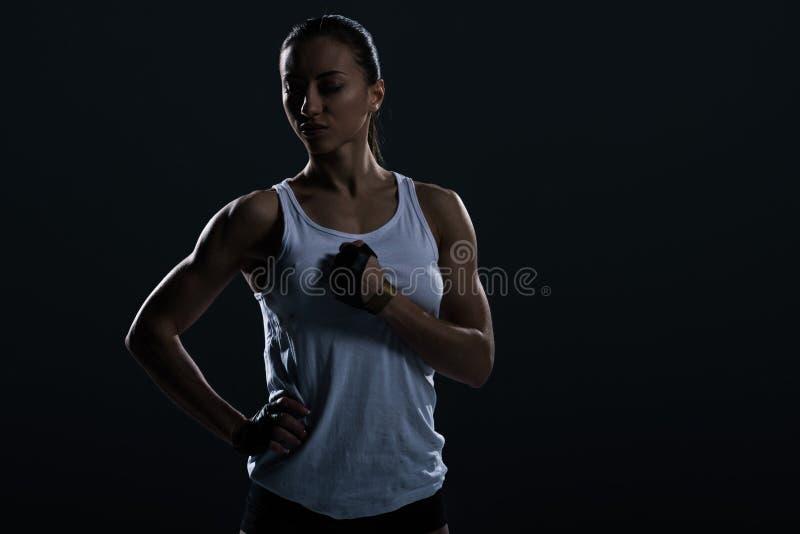 όμορφη ισχυρή τοποθέτηση φιλάθλων sportswear στοκ εικόνες