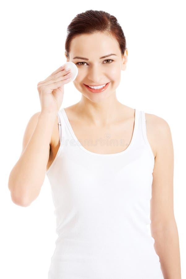 Όμορφη καθαρή γυναίκα με τα μαξιλάρια βαμβακιού. στοκ εικόνα με δικαίωμα ελεύθερης χρήσης