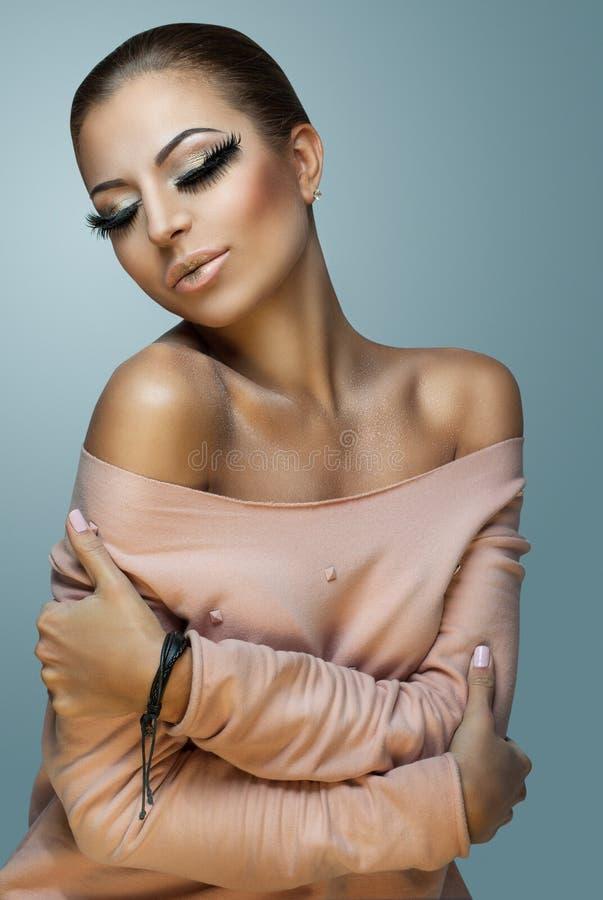 Όμορφη και γοητευτική γυναίκα στοκ εικόνες