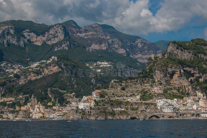 Όμορφη και πανοραμική άποψη της Αμάλφης στη Tyrrhenian θάλασσα, Campania, Ιταλία στοκ φωτογραφίες με δικαίωμα ελεύθερης χρήσης