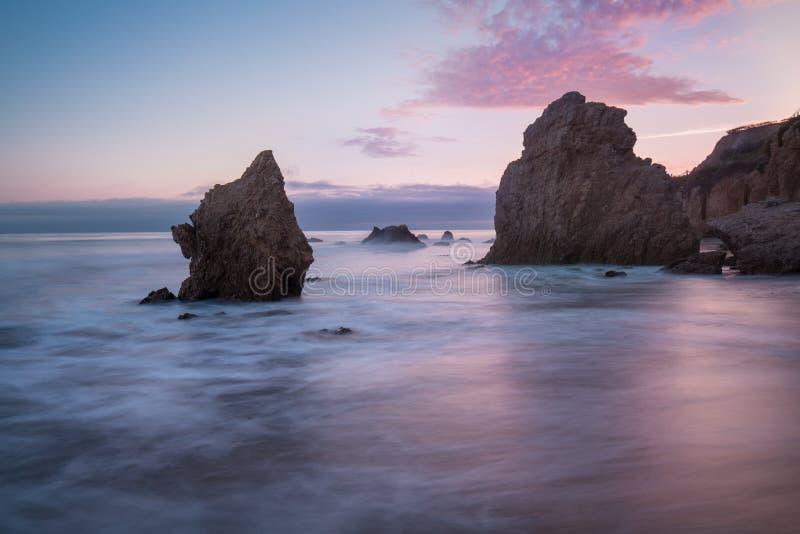 Όμορφη και ρομαντική κρατική παραλία EL ταυρομάχος σε Malibu, νότια Καλιφόρνια, ΗΠΑ Ηλιοβασίλεμα σε Καλιφόρνια - κύματα και ήλιος στοκ φωτογραφίες με δικαίωμα ελεύθερης χρήσης