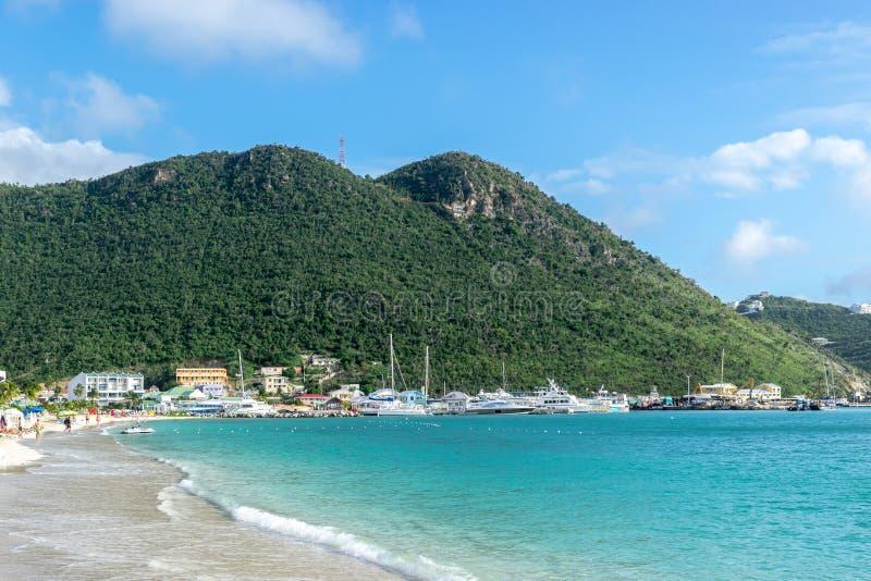 Όμορφη καραϊβική θερινή ημέρα με την τυρκουάζ μπλε άσπρη παραλία άμμου στην ακτή σε Philipsburg, Sint Maarten στοκ φωτογραφία με δικαίωμα ελεύθερης χρήσης