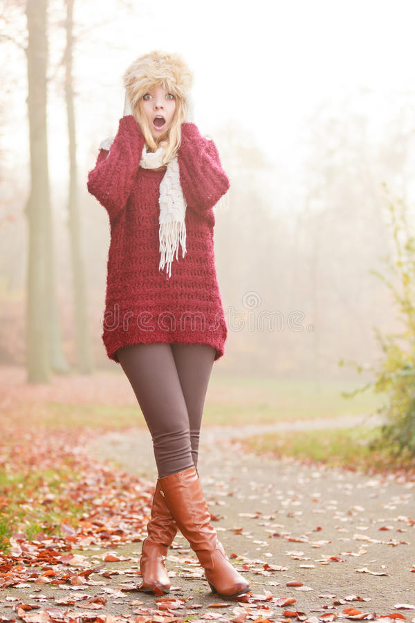 Όμορφη κατάπληκτη γυναίκα μόδας στο χειμερινό καπέλο γουνών στοκ εικόνα με δικαίωμα ελεύθερης χρήσης