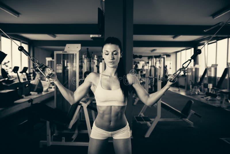Όμορφη κατάλληλη γυναίκα που επιλύει στη γυμναστική - κορίτσι στην ικανότητα στοκ φωτογραφίες