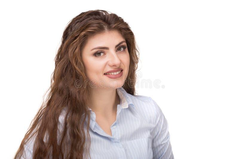Όμορφη καυκάσια γυναίκα με τη χαλαρή σγουρή τρίχα που χαμογελά και που εξετάζει τη κάμερα στοκ εικόνα με δικαίωμα ελεύθερης χρήσης
