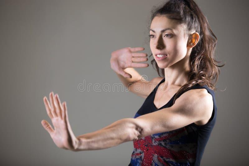 Όμορφη καυκάσια θηλυκή επίλυση αθλητών στοκ εικόνες με δικαίωμα ελεύθερης χρήσης