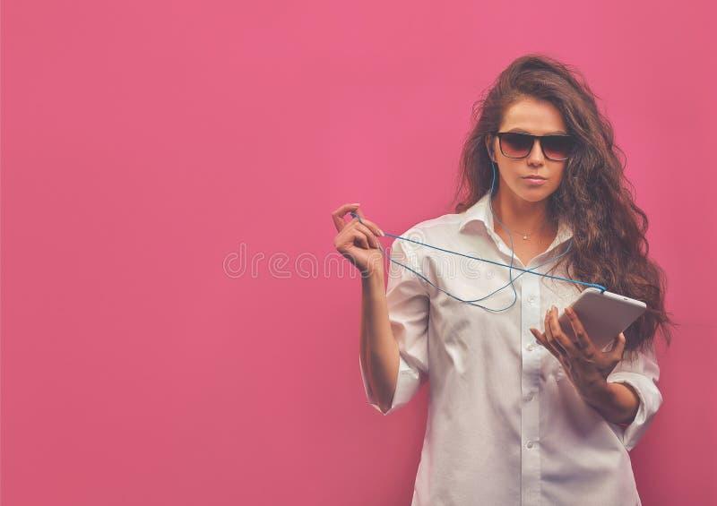 Όμορφη καυκάσια νέα γυναίκα σε ένα άσπρο πουκάμισο στο πνεύμα γυαλιών στοκ φωτογραφία