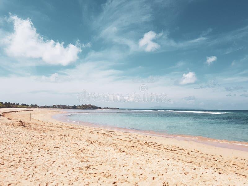 Όμορφη κενή παραλία πέρα από τον μπλε ουρανό ωκεανών και καλοκαιριού στοκ εικόνα με δικαίωμα ελεύθερης χρήσης