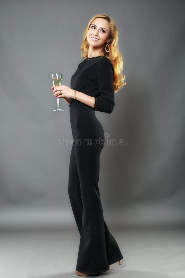 Όμορφη κομψή γυναίκα με ένα γυαλί του διαθέσιμου χεριού σαμπάνιας isolat στοκ εικόνες με δικαίωμα ελεύθερης χρήσης