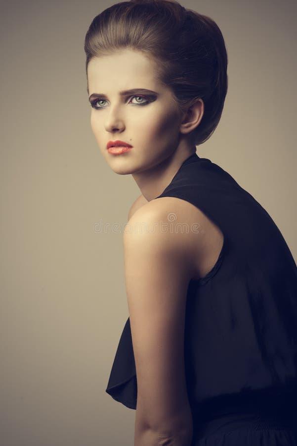 Όμορφη κομψή γυναίκα μόδας στοκ εικόνες με δικαίωμα ελεύθερης χρήσης
