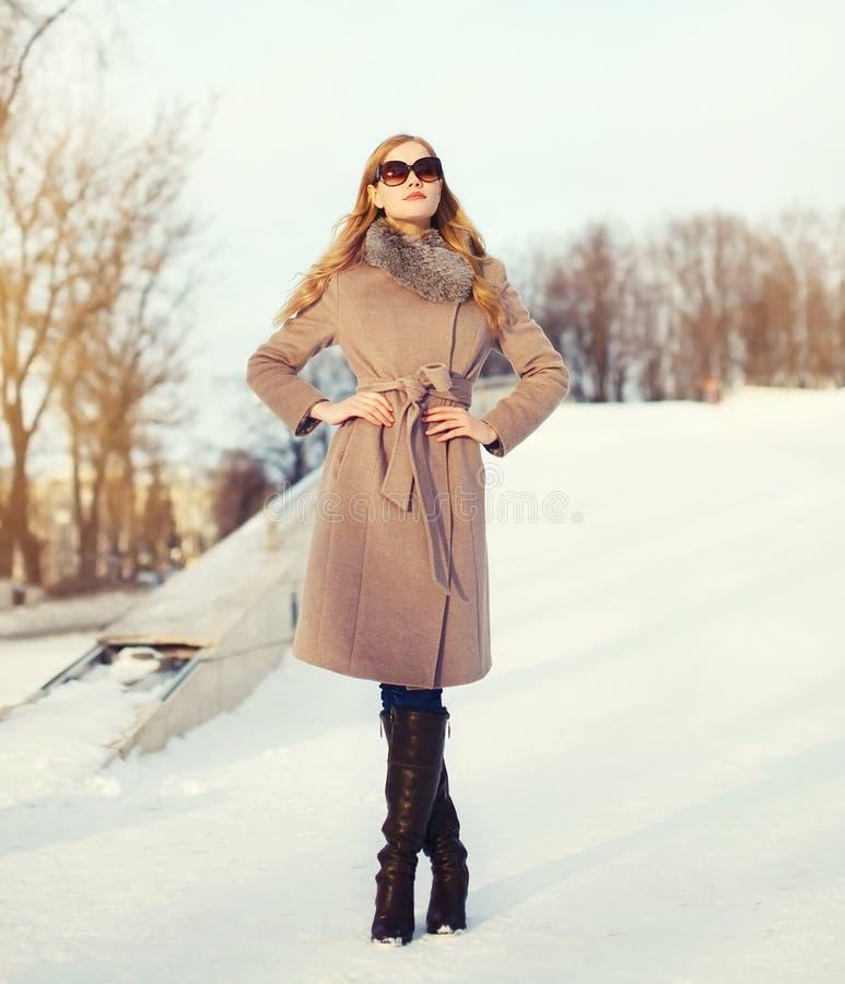 Όμορφη κομψή νέα γυναίκα που φορά ένα παλτό και τα γυαλιά ηλίου το χειμώνα στοκ φωτογραφίες με δικαίωμα ελεύθερης χρήσης