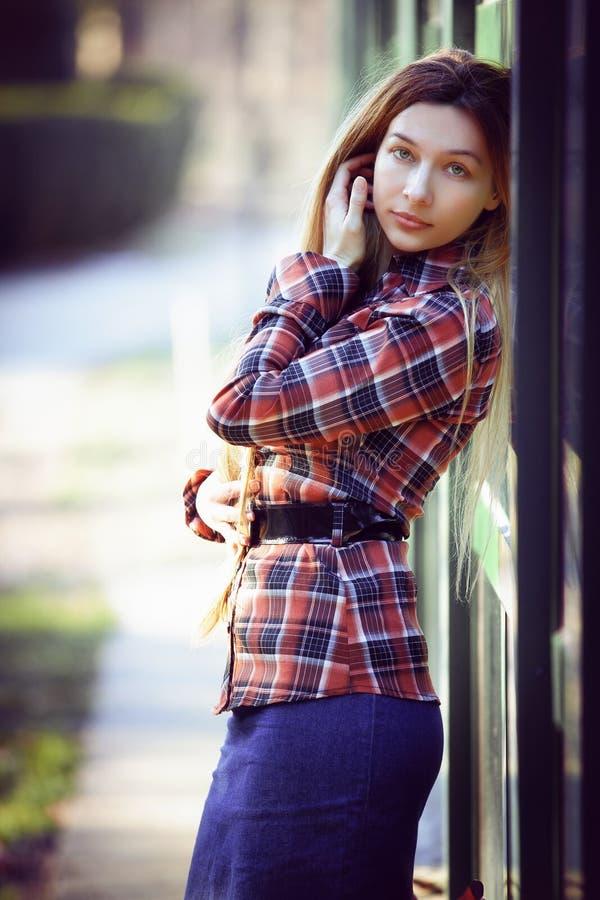 όμορφη κομψή υπαίθρια θέτοντας γυναίκα στοκ εικόνα με δικαίωμα ελεύθερης χρήσης