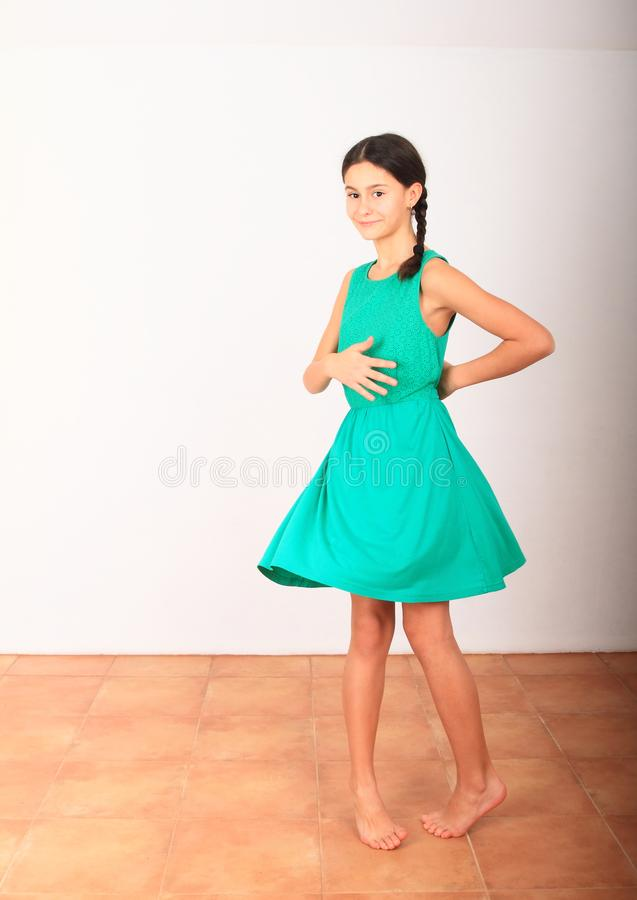 Όμορφη κοπέλα που χορεύει με πράσινο φόρεμα στοκ εικόνα με δικαίωμα ελεύθερης χρήσης