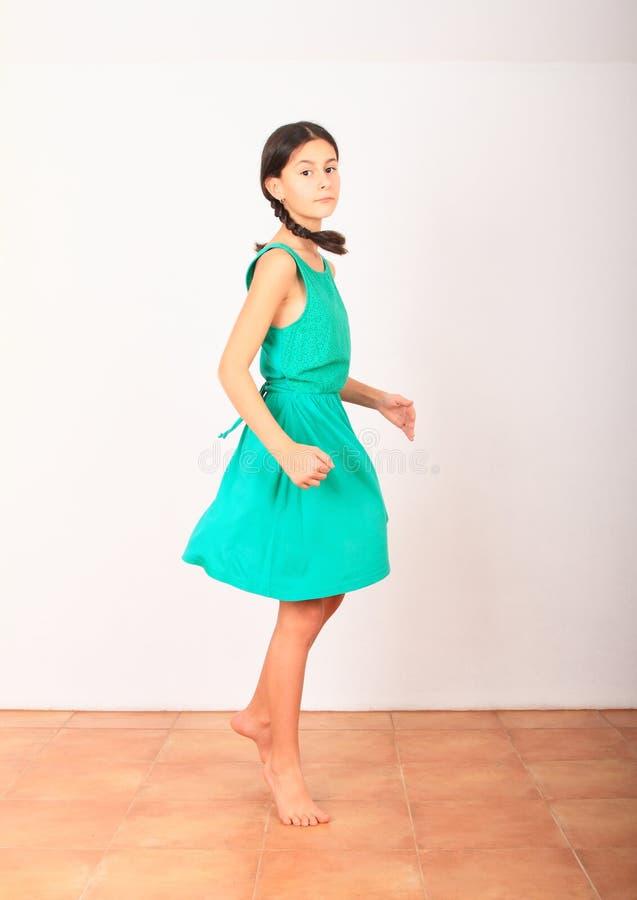 Όμορφη κοπέλα που χορεύει με πράσινο φόρεμα στοκ φωτογραφία με δικαίωμα ελεύθερης χρήσης