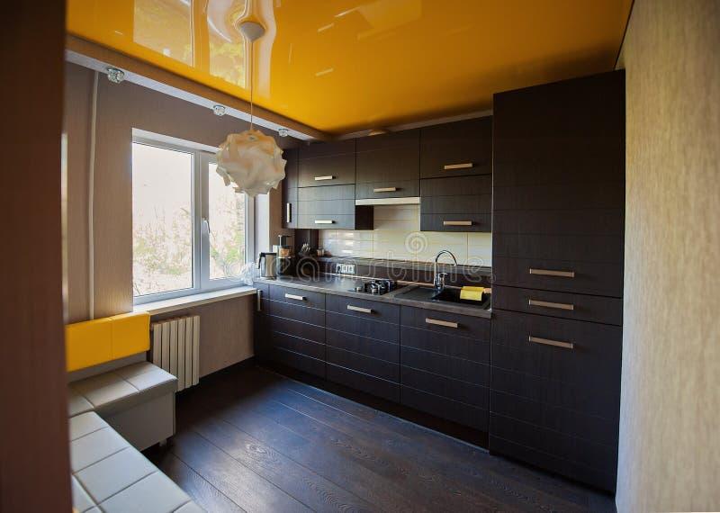 Όμορφη κουζίνα σχεδιαστών στα καφετιά και κίτρινα χρώματα στοκ εικόνες