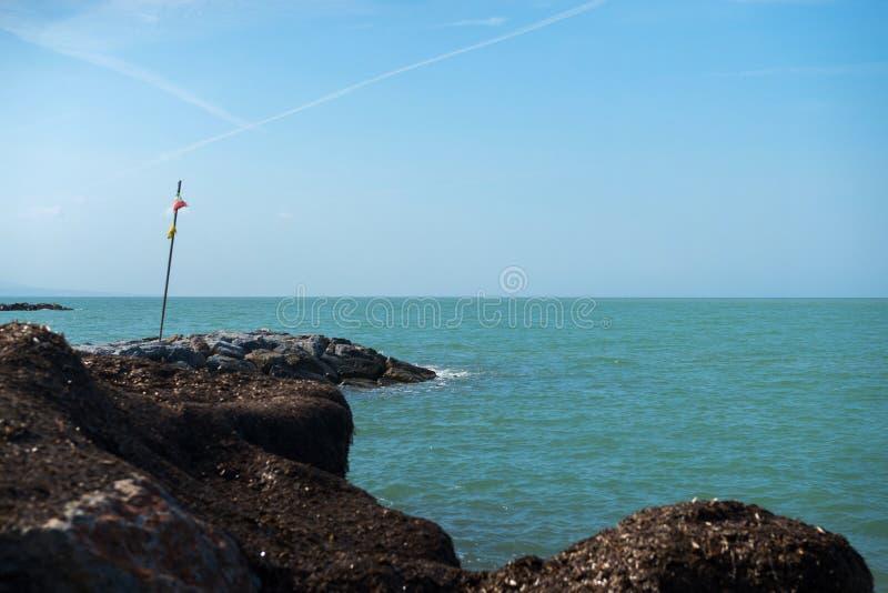Όμορφη κυανή θάλασσα και η παραλία στοκ εικόνα με δικαίωμα ελεύθερης χρήσης