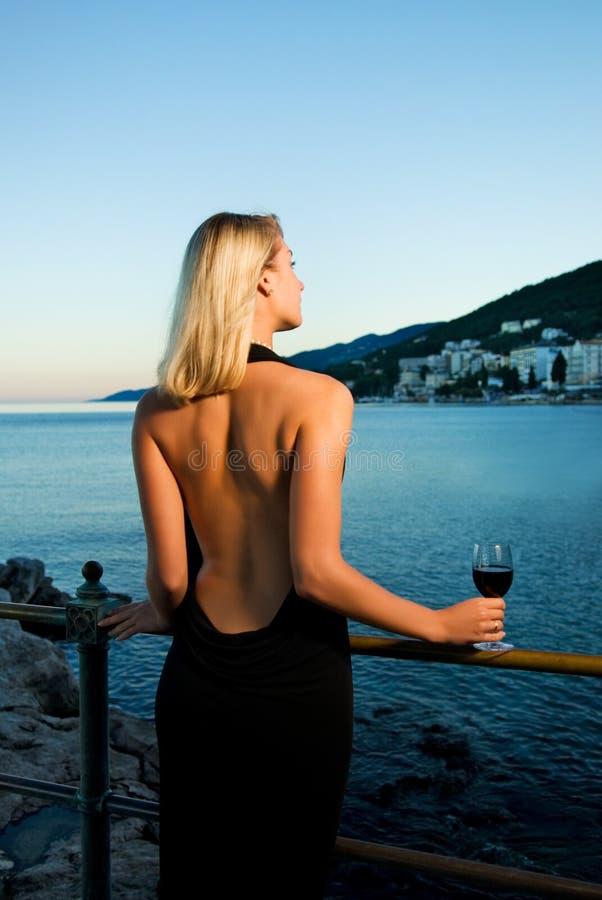 όμορφη κυρία κοντά στις ωκεάνιες νεολαίες στοκ εικόνες