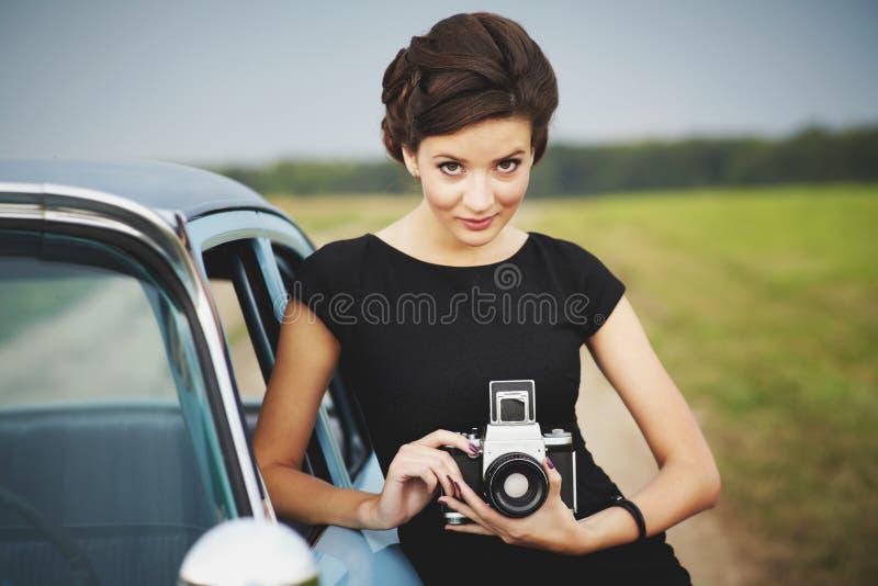 Όμορφη κυρία με μια αναδρομική φωτογραφική μηχανή στοκ φωτογραφίες