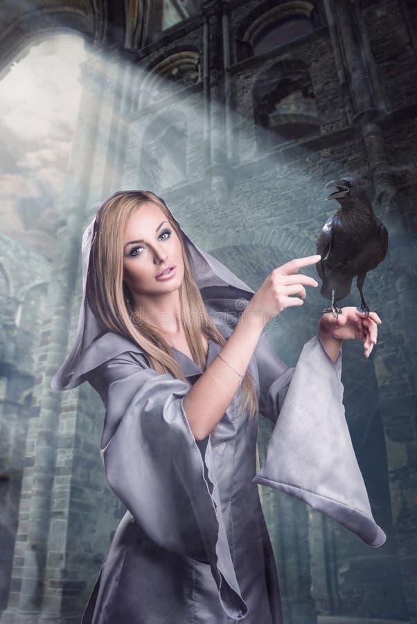 Όμορφη κυρία με το κοράκι στοκ εικόνα