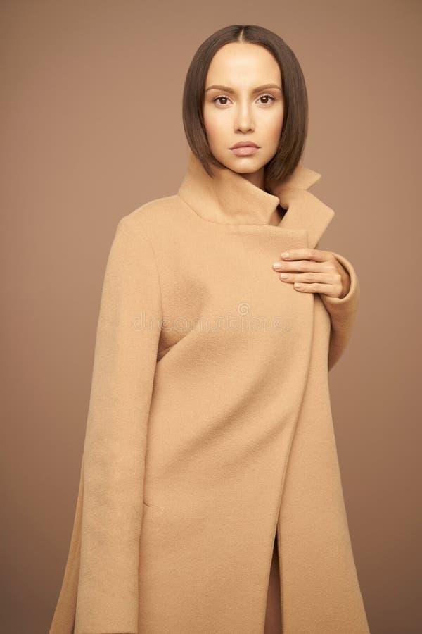 Όμορφη κυρία μόδας στο μπεζ παλτό στοκ εικόνες με δικαίωμα ελεύθερης χρήσης