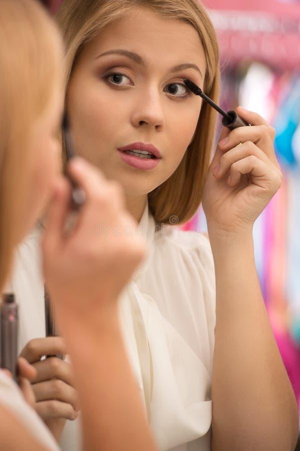 Όμορφη κυρία που βάζει mascara για τα eyelashes στοκ φωτογραφίες