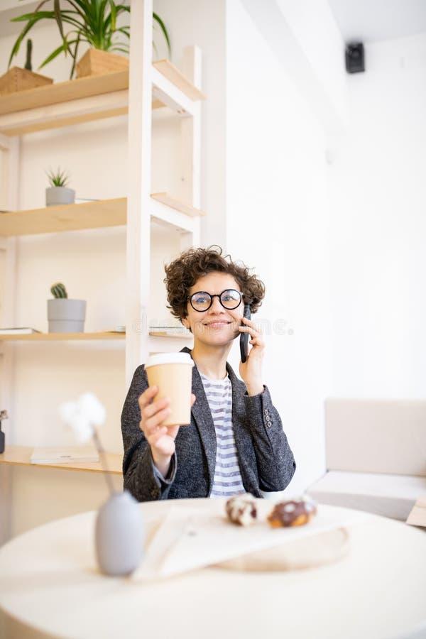Όμορφη κυρία που εργάζεται στον καφέ στοκ εικόνες με δικαίωμα ελεύθερης χρήσης