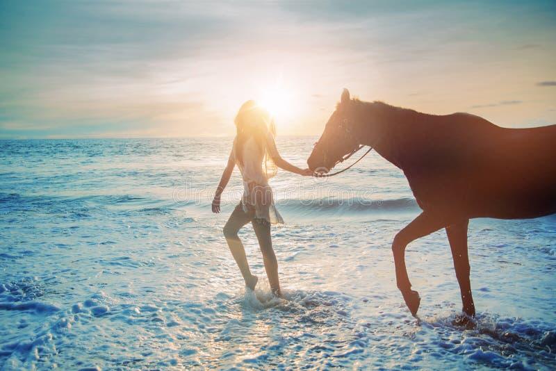 Όμορφη κυρία που περπατά με το μεγαλοπρεπές άλογο στοκ φωτογραφία