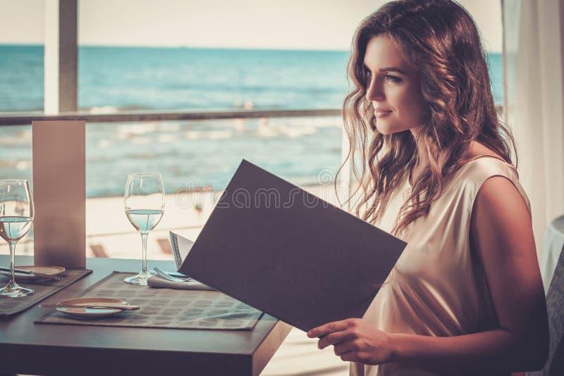 Όμορφη κυρία σε ένα εστιατόριο στοκ εικόνες