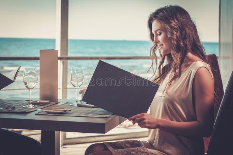 Όμορφη κυρία σε ένα εστιατόριο στοκ φωτογραφία