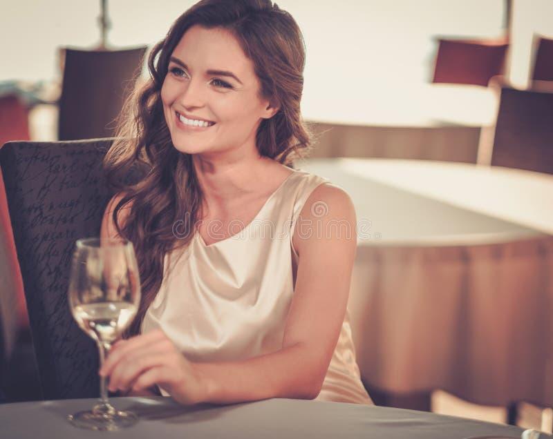 Όμορφη κυρία σε ένα εστιατόριο στοκ εικόνες με δικαίωμα ελεύθερης χρήσης