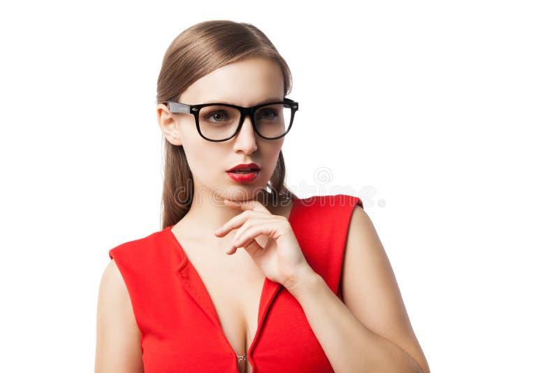 Όμορφη κυρία στα γυαλιά που σκέφτεται ανατρέχοντας στοκ φωτογραφία με δικαίωμα ελεύθερης χρήσης