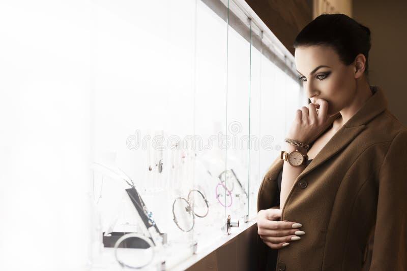Όμορφη κυρία στα κοσμήματα περιβαλλοντικό φως στοκ εικόνα