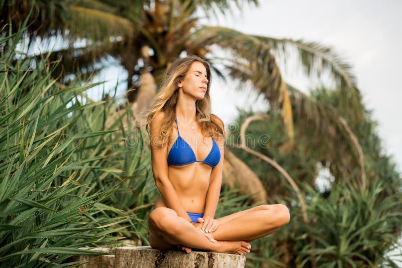 Όμορφη κυρία στις θερινές διακοπές στοκ φωτογραφίες με δικαίωμα ελεύθερης χρήσης