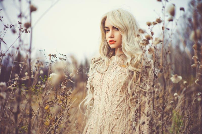 Όμορφη κυρία στο τοπίο φθινοπώρου στοκ φωτογραφίες