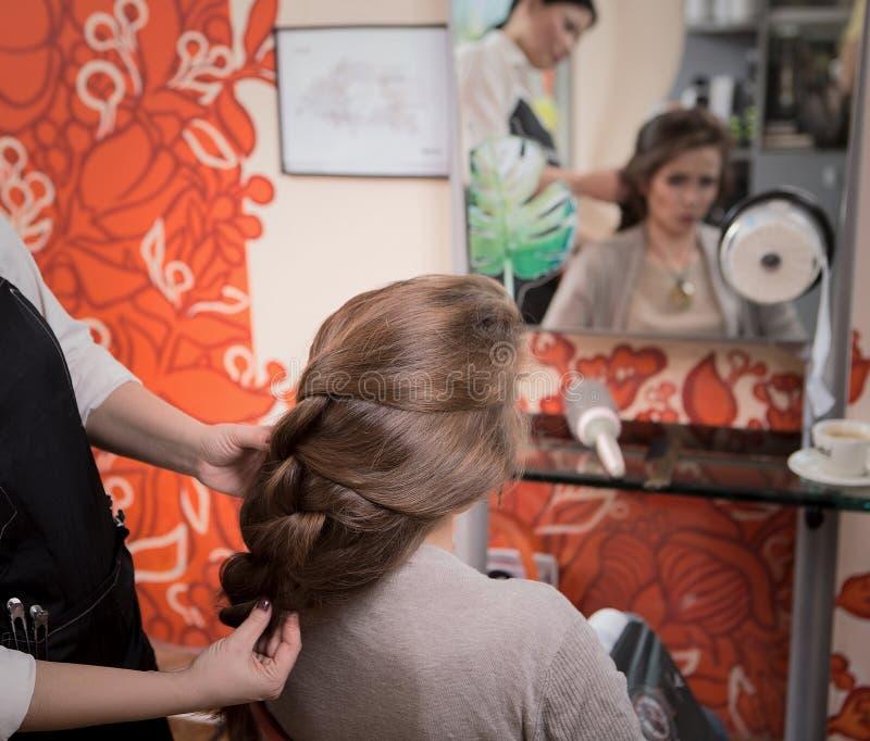 Όμορφη κυρία hairdressing στην αίθουσα στοκ εικόνα