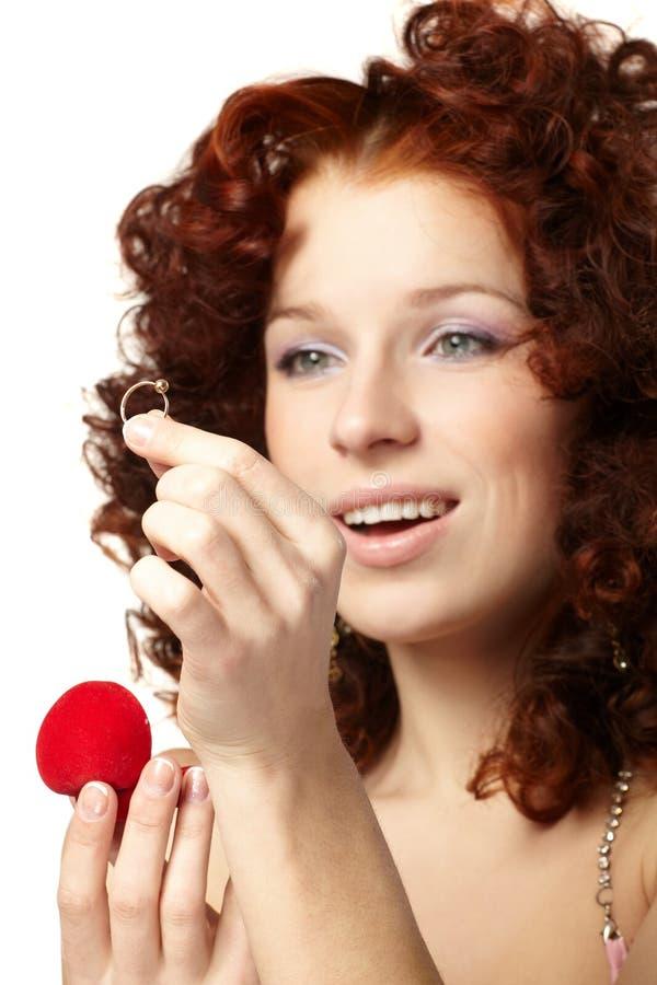 όμορφη κόκκινη γυναίκα δώρ&omega στοκ εικόνες