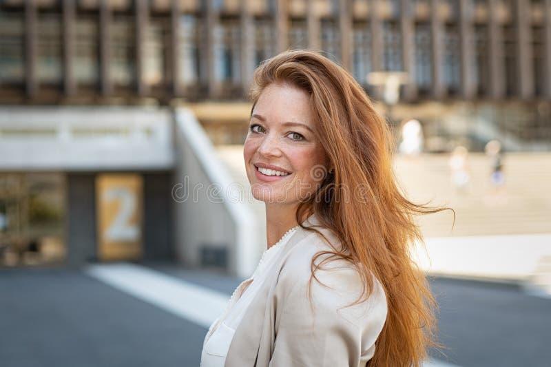 όμορφη κόκκινη γυναίκα τρι&ch στοκ εικόνα