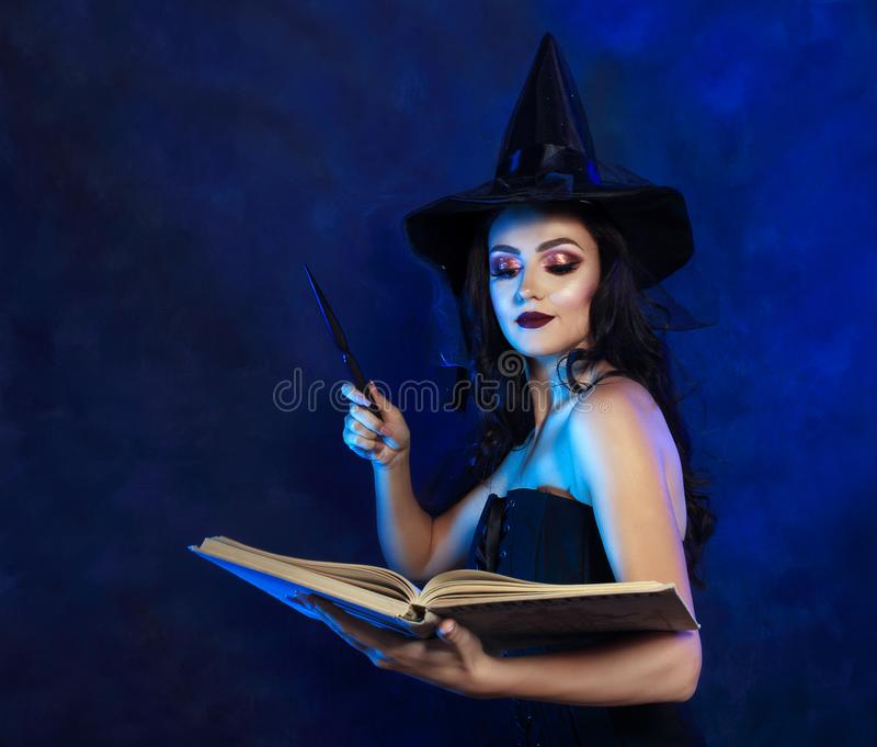 Όμορφη μάγισσα με τη μαγική ράβδο στοκ φωτογραφία με δικαίωμα ελεύθερης χρήσης
