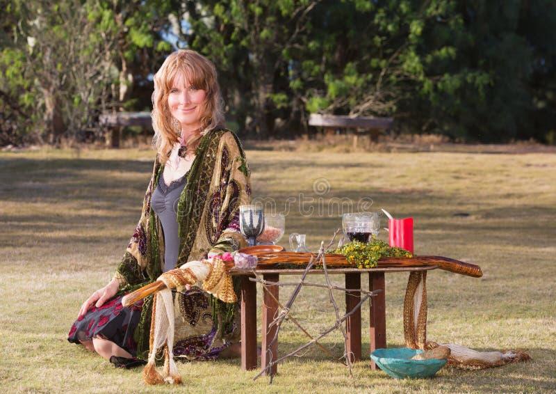 Όμορφη μάγισσα με το βωμό στοκ φωτογραφία με δικαίωμα ελεύθερης χρήσης