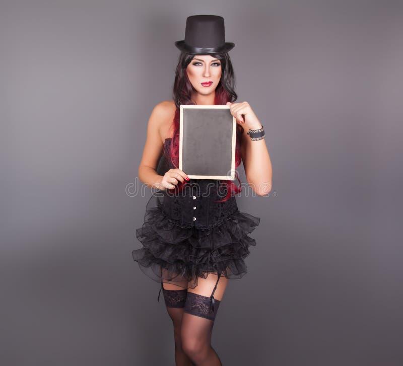 Όμορφη μάγισσα στο μαύρο γοτθικό κοστούμι αποκριών στοκ φωτογραφία με δικαίωμα ελεύθερης χρήσης