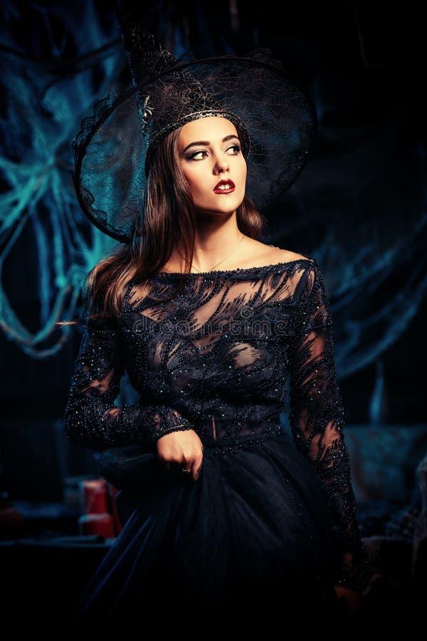 Όμορφη μάγισσα στο φόρεμα στοκ εικόνες με δικαίωμα ελεύθερης χρήσης