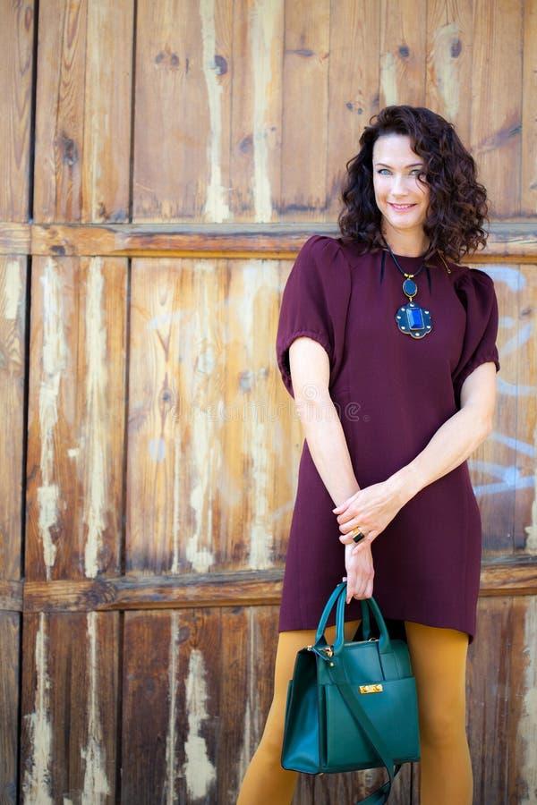 Όμορφη μέσης ηλικίας γυναίκα burgundy στο φόρεμα στοκ φωτογραφία με δικαίωμα ελεύθερης χρήσης