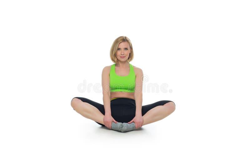 Όμορφη μέση ηλικίας γυναίκα που κάνει την αθλητική άσκηση στοκ εικόνες
