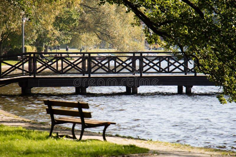 Όμορφη μαρίνα στη λίμνη Θερμή ημέρα φθινοπώρου, ξύλινη γέφυρα, BO στοκ φωτογραφίες