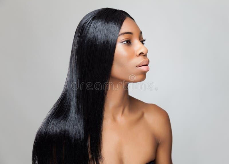 Όμορφη μαύρη γυναίκα με τη μακριά ευθεία τρίχα στοκ εικόνες