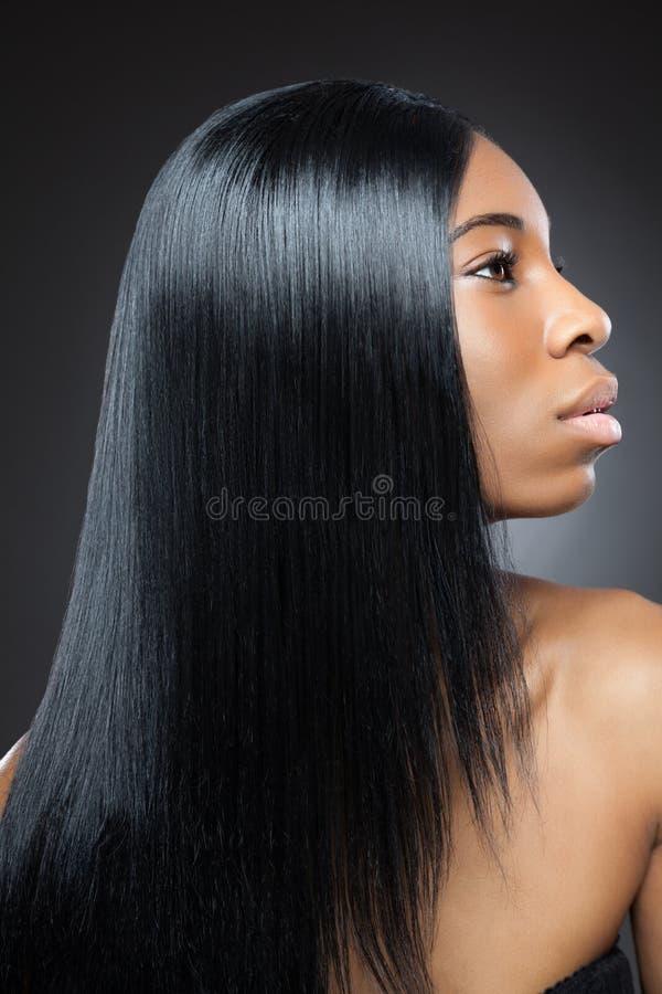 Όμορφη μαύρη γυναίκα με τη μακριά ευθεία τρίχα στοκ φωτογραφία