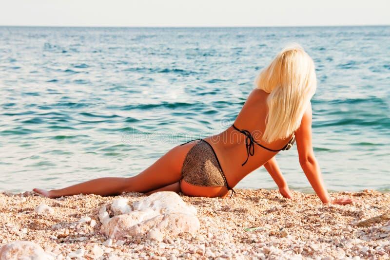 όμορφη μαύρη ξανθή θάλασσα α& στοκ φωτογραφίες με δικαίωμα ελεύθερης χρήσης